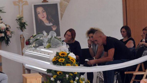 Imma Rizzo, la madre, Benedetta, la sorella, e Umberto Durini, il padre, davanti al feretro di Noemi Durini, la sedicenne uccisa il 3 settembre dal fidanzato 17enne e il cui cadavere è stato trovato il 13 settembre nelle campagne del Basso Salento, nella camera ardente allestita presso il centro Capsda a Specchia, 20 settembre 2017. ANSA/CLAUDIO LONGO