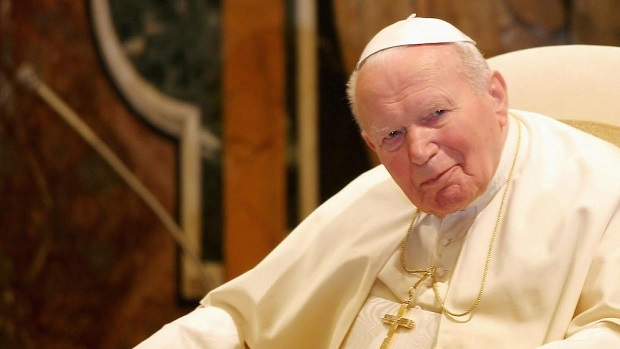 Giovanni Paolo II, con in mano Cristo Dio Eucarestia