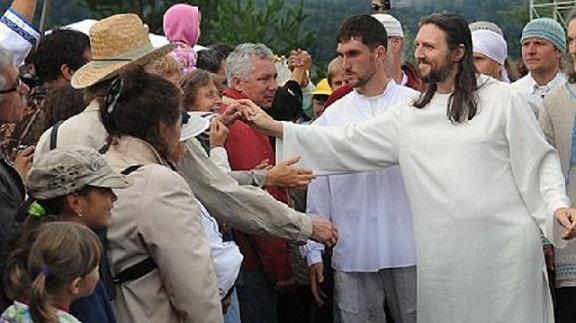 Cose da pazzi. Quest'uomo dice di essere la reincarnazione di Gesù. Ed in migliaia lo seguono