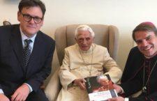 In una nuova foto, Papa Benedetto XVI ha un occhio nero. Auguri di pronta guarigione ed una preghiera