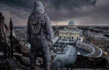 """Infografica di propaganda dell'Isis, che circola sui canali Telegram del Daesh. E' una vera e propria """"chiamata alle armi per lupi solitari"""", invitati a colpire il Vaticano e i 'crociati', quella che compare nelle ultime infografiche di propaganda dell'Isis, che circolano sui canali Telegram del Daesh - e altrove sul web - e che sono ora al vaglio degli organismi di intelligence. Nel fotomontaggio un terrorista ripreso di spalle domina da un'altura piazza San Pietro. Ha un mitra a tracolla, un lanciarazzi sulla sinistra e, alla sua destra, un lupo bianco. Il testo che accompagna l'immagine è un invito ai lupi solitari a colpire i crociati proprio in questo periodo in cui le festività si stanno avvicinando, a mostrargli """"cosa significa il terrorismo"""": """"uccidili, la ricompensa è il paradiso"""". """"Giovani, donne, anziani, siete tutti nel mirino delle nostre frecce e quello che sta per venire è ancora peggio"""". +++EDITORIAL USE ONLY - NO SALES+++"""