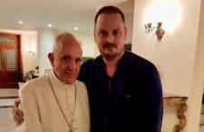 L'abbraccio di Papa Francesco a 600 famiglie argentine sull'orlo del licenziamento