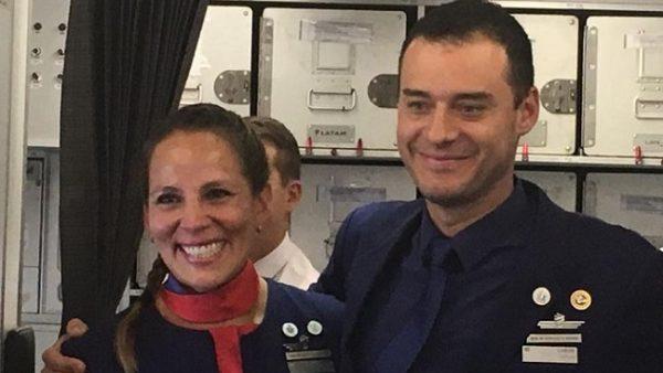 Incredibile Francesco. E il Papa celebra in volo le nozze di uno steward e una hostess!