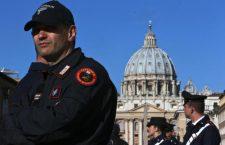 Piazza San Pietro presidiata dalle forze dell'ordine ANSA/MASSIMO PERCOSSI