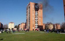 Il fumo dal palazzo in via Cogne a Milano dove un incendio è divampato al decimo piano, 14 febbraio 2018. ANSA/ DANIELE BENNATI