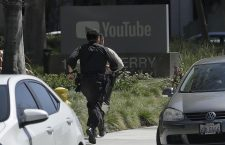 Officers run toward a YouTube office in San Bruno, Calif., Tuesday, April 3, 2018. Police and federal officials have responded to reports of a shooting Tuesday at YouTube headquarters in Northern California. (ANSA/AP Photo/Jeff Chiu) [CopyrightNotice: Copyright 2018 The Associated Press. All rights reserved.]
