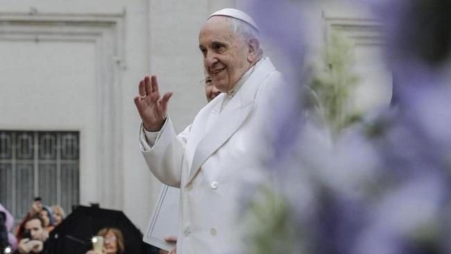 Papa Francesco bacia i piedi ai leader del Sud Sudan: è polemica