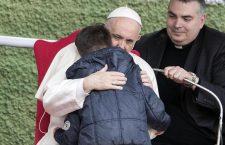 Il piccolino piange per il padre morto. Papa Francesco: era buono, è con Dio
