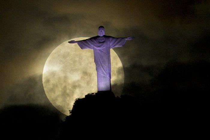 La-luna-vista-detras-de-la-est_54289709826_54028874188_960_639-700x466 (1)