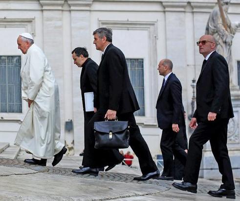 INCREDIBILE - Mi scusi, ma Papa Francesco ha o non ha un tumore encefalico?