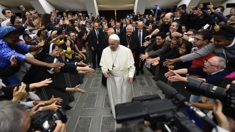 papa francesco giovani anziani