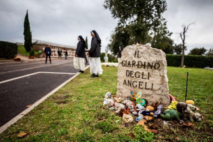 Il Giardino degli Angeli, dove sono sepolti i bambini non nati al cimitero Laurentino, dove Papa Francesco si è fermato in preghiera prima della celebrazione, 2 novembre 2018 Foto: Daniel Ibanez / ACI Group