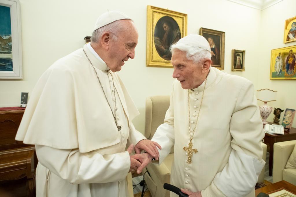 Vaticano, Papa Francesco fa visita a Papa Ratzinger per gli auguri di Natale