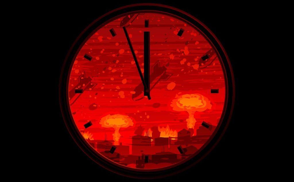 """Segnano due minuti alla mezzanotte le lancette dell'orologio dell'Apocalisse, ideato nel 1945 dalla Federazione degli scienziati atomici per scandire il tempo che l'umanità ha davanti a sé per evitare una catastrofe dovuta alle armi nucleari o ai cambiamenti climatici. A partire dal 1947 questo orologio ideale è aggiornato ogni anno e il 24 gennaio scorso il consiglio di 20 esperti chiamati a regolarlo ha deliberato che all'umanità restano appena due minuti, proprio come era accaduto nel 2018 e nel 1953. """"E' la terza volta che l'orologio è stato impostato così vicino a una catastrofe globale"""", ha osservato Rachel Bronson, presidente e direttore esecutivo dell'organizzazione, in una conferenza stampa a Washington. E' accaduto per la prima volta nel 1953 al culmine della guerra fredda, con i test nucleari condotti da Unione Sovietica e Stati Uniti; la seconda volta è stata nel 2018, dopo le notizie sui test nucleari della Corea del Nord e in seguito alle crescenti preoccupazioni relative al cambiamento climatico. Nella prima indicazione, del 1947, l'avvio della guerra fredda aveva fatto spostare le lancette a 7 minuti alla mezzanotte: nel 1949 le lancette erano slittate in avanti di quattro minuti per l'aggravarsi della situazione in seguito con l'acquisizione delle armi nucleari da parte dell'URSS. """"Nel corso degli anni - ha osservato Alessandro Pascolini, dell'università di Padova - l'orologio si è allontanato e avvicinato alla mezzanotte. Il momento più sicuro si è avuto nel 1991 alla fine della guerra fredda, quando l'orologio ha segnato 17 minuti alla mezzanotte"""". Poi, ha aggiunto, la situazione è peggiorata """"di fronte all'incapacità del mondo politico internazionale di superare il confronto nucleare e affrontare le problematiche legate al cambiamento climatico globale""""."""
