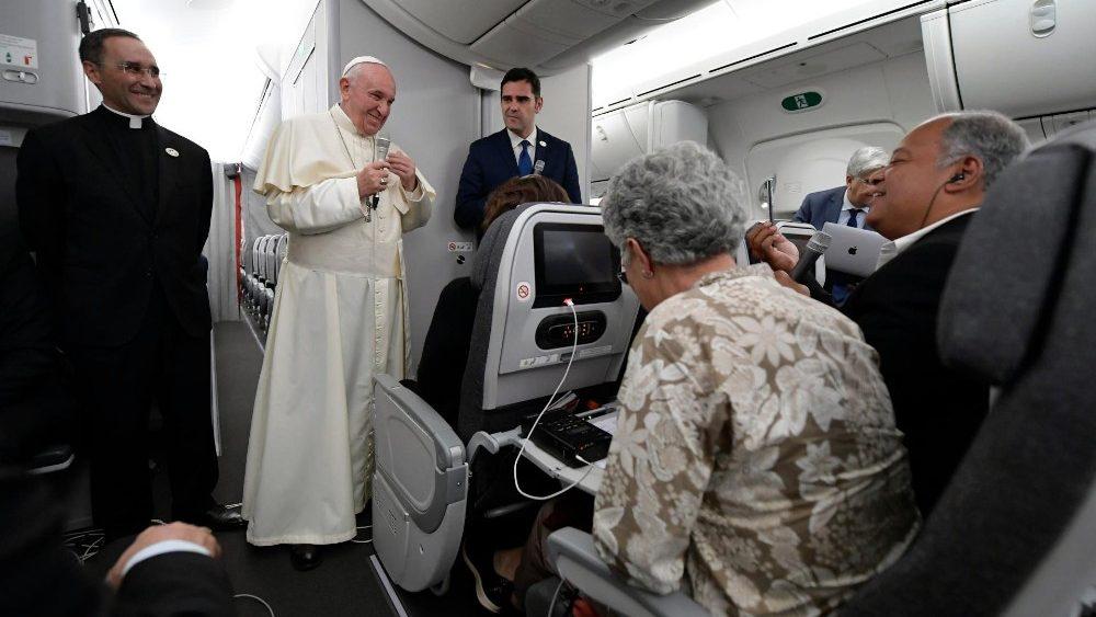 Papa Francesco sul volo di ritorno da Panama: «Alle donne che hanno questa angoscia dico: tuo figlio è in cielo, parla con lui, cantagli la ninna nanna