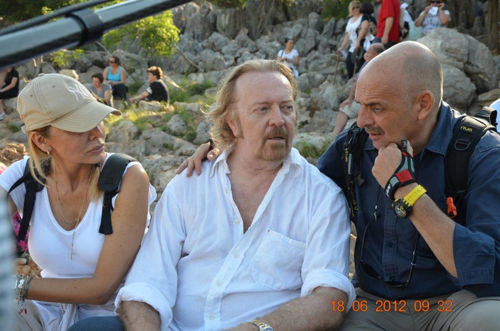 Umberto Tozzi e sua moglie Monica durante l'intervista sulla cima della collina del Podbrdo, a Medjugorje.