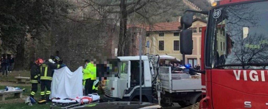 Mamma e figlio di 14 mesi travolti dal camion in fuga da un posto di blocco: è successo in provincia di Vicenza, in Veneto. Ha centrato con il camion una mamma e un passeggino nel quale c'era un bimbo di 14 mesi. Un impatto terribile: il piccolino è gravissimo ed è stato trasportato in elicottero a Padova, la madre è ferita ma non sarebbe in pericolo di vita. Il fatto è accaduto l'8 marzo in via Monte Grappa a Marostica (Vicenza), intorno alle 17. Il camionista era fuggito ad un posto di blocco della polizia e aveva successivamente perso il controllo del mezzo, travolgendo mamma e bambino. Secondo una prima ricostruzione il piccolo, trasferito in ospedale con l'elicottero, era nel passeggino. È rimasta ferita in modo non grave anche la madre. Incolumi invece il papà e l'altro figlio piccolo che si trovava con loro. Sul posto le pattuglie della polizia locale per fare luce sull'episodio. Il gruppetto familiare si trovava nei pressi di una curva nella quale è sopraggiunto il camion, che viaggiava ad alta velocità. Il bambino è stato sbalzato dal passeggino a causa dell'urto ed è finito a terra in gravissime condizioni. L'elisoccorso del 118 lo ha trasportato d'urgenza all'ospedale. Il conducente del mezzo è stato fermato e condotto alla caserma dei Carabinieri. Sul posto sono intervenuti anche i Vigili del fuoco. Era in stato evidente di ebbrezza da alcol - secondo alcune testimonianze - il conducente del camion che nel pomeriggio ha travolto un passeggino ferendo gravemente un piccolo di 14 mesi a Marostica ( Vicenza). Il mezzo stava trasportando alcuni bancali in legno, e stava viaggiando ad alta velocità, probabilmente proprio per evitare un controllo della Polizia locale, ma ha perso il controllo a una curva, andando a urtare il muretto di un'area verde nei pressi della quale c'era la famiglia, composta dai due genitori, il piccolo in passeggino e un fratellino di 4 anni. Dopo l'urto, sempre secondo le testimonianze, il conducente avrebbe cercato di darsi alla fug