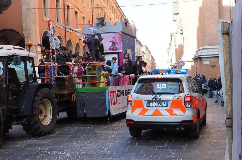 Bimbo cade da carro Carnevale a Bologna, è grave