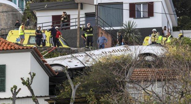 Disastro in Portogallo, si ribalta bus turistico a Madeira: almeno 28 morti
