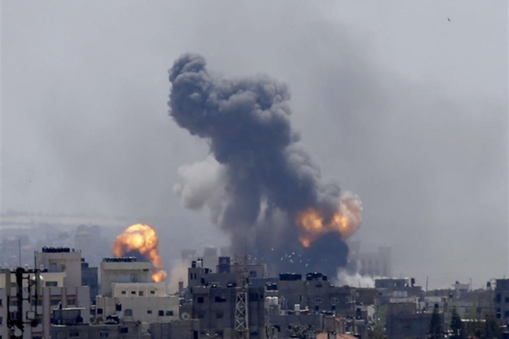 Israele conduce attacchi aerei contro lanciarazzi dei militanti nella Striscia di Gaza