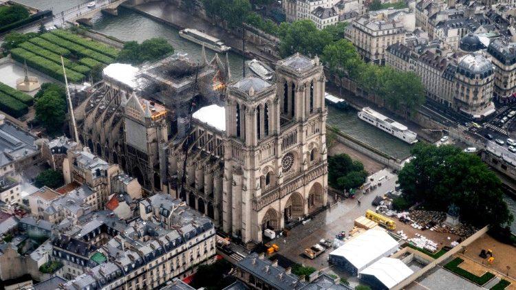 Parigi, dopo oltre un anno dall'incendio riapre il sagrato di Notre-Dame