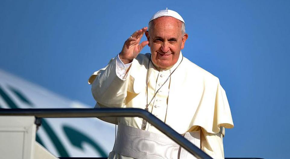 Papa-Francesco-saluto-aereo