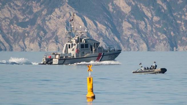 Barca a vela si capovolge nella Manica, muoiono tre bambini
