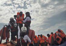 Lampedusa, nuova strage di migranti. 50 a bordo, 22 messi in salvo e 2 morti. Gli altri esseri umani, dispersi in mare
