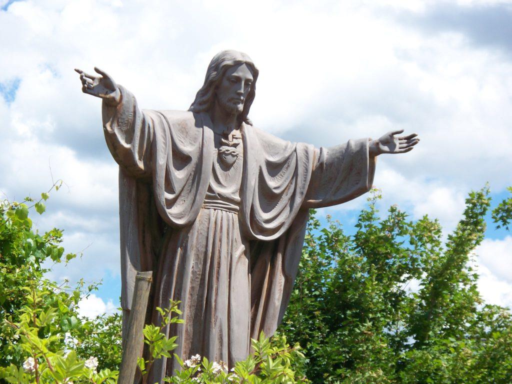 preghiera e benedizione per i temporali. statua di gesù