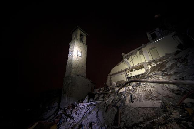N.B. Nella foto di copertina il campanile distrutto di Amatrice
