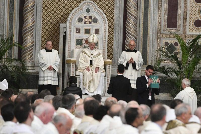 Vaticano, cento studiosi contro papa Francesco: