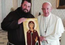 Papa-Francesco-con-padre-Emiliano-Antenucci-e-l-icona-della-Madonna-del-Silenzio
