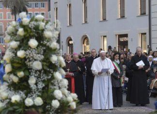 Papa Francesco a Piazza di Spagna affida a Maria chi ha perso fiducia e speranza