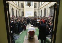La visita a sorpresa di Papa Francesco in un liceo di Roma: e la campanella suona con più gioia per tutti