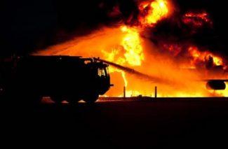 Assalto a furgone portavalori sull'A1 vetture in fiamme e chiodi sull'asfalto