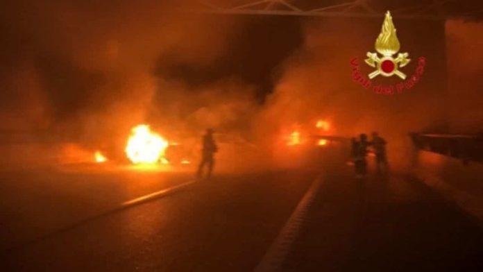 Assalto a furgone portavalori sull'A1 vetture in fiamme e chiodi sull'asfalto2