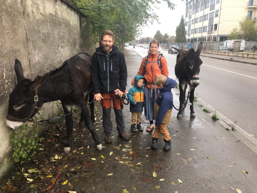 Nils, Elise e i loro 3 figli da Bordeaux a San Pietro su due asinelli. In cammino da 8 mesi vivendo solo di Divina Provvidenza2