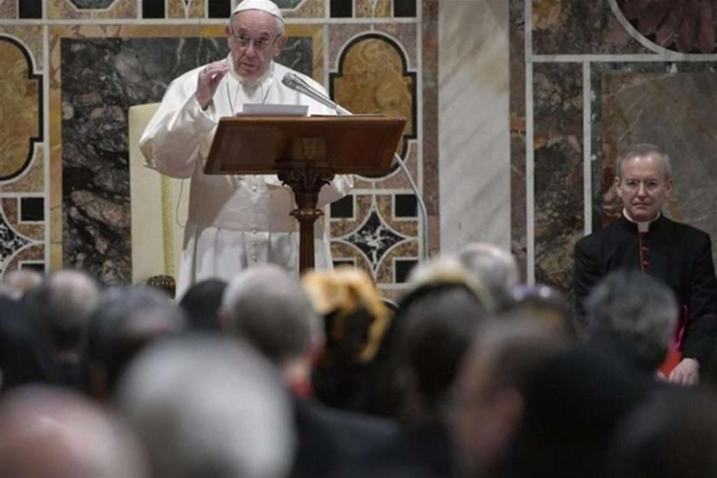 Questa immagine ha l'attributo alt vuoto; il nome del file è papa-francesco-e-diplomatici2.jpg