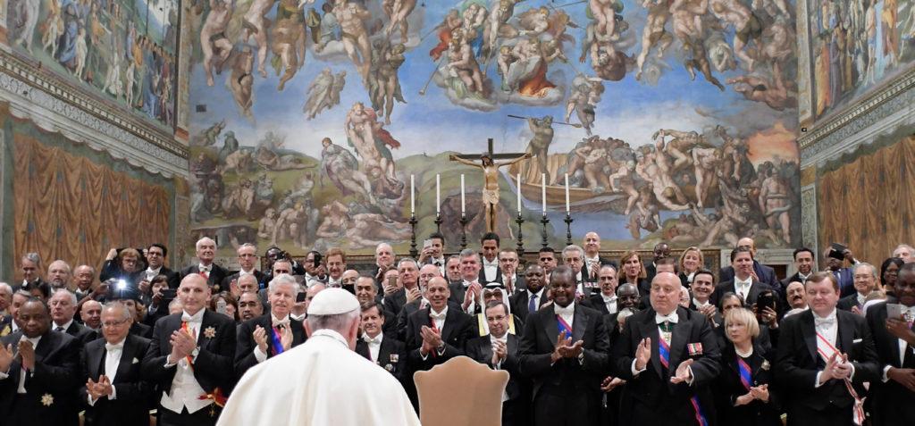 Questa immagine ha l'attributo alt vuoto; il nome del file è papa-francesco-ed-i-diplomatici-1024x477.jpg