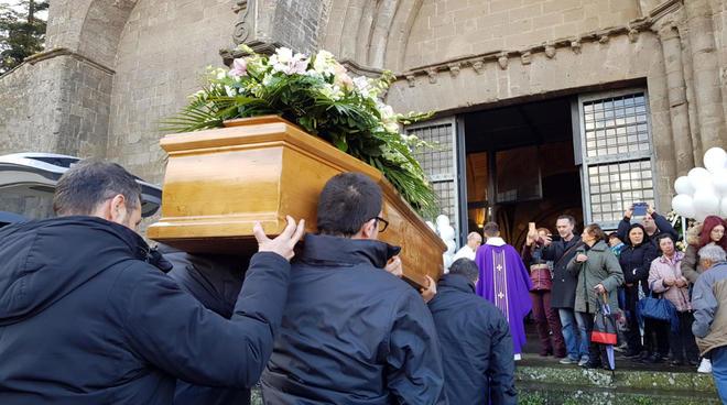 L'ultimo saluto ad Aurora, morta a 16 anni. Un fiume di giovani increduli al funerale