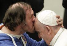 La storia di Philippe, l'attore disabile che ha baciato il Papa in fronte. Fa il clown e 'vive' a Lourdes3