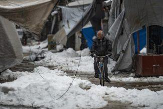 Siria. L'ospedale dista due giorni a piedi. La piccola Imam muore ad un anno e mezzo a causa del freddo