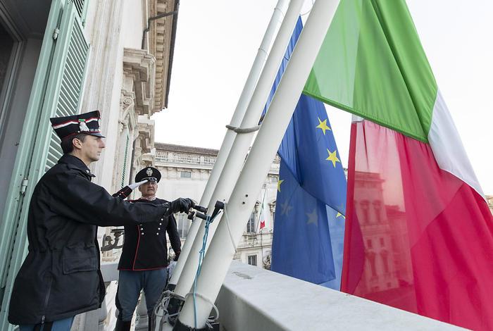 Coronavirus: bandiera Italia a mezz'asta Quirinale