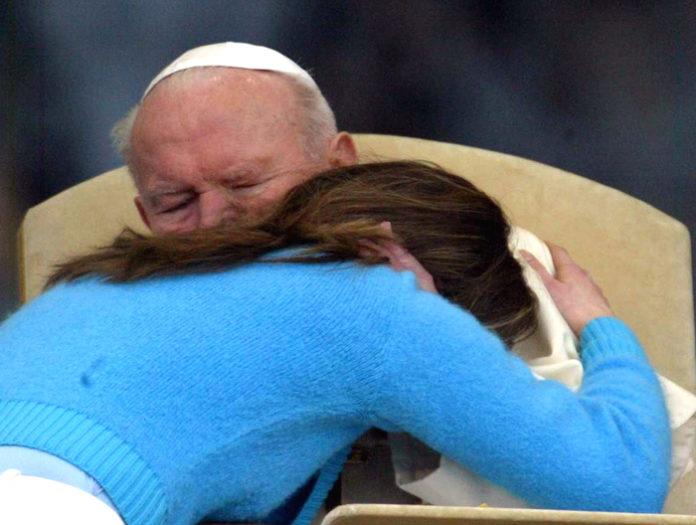 Giovanni-Paolo-II-abbracciato-da-una-ragazza-polacca