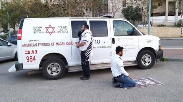 ebreo musulmano pregano insieme