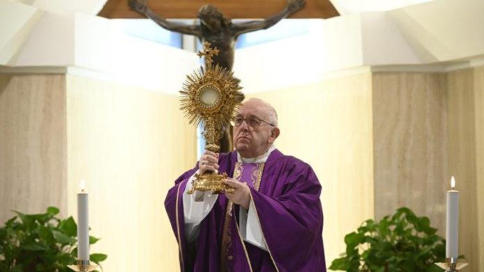 Papa a Santa Marta prega per chi ha difficoltà economiche