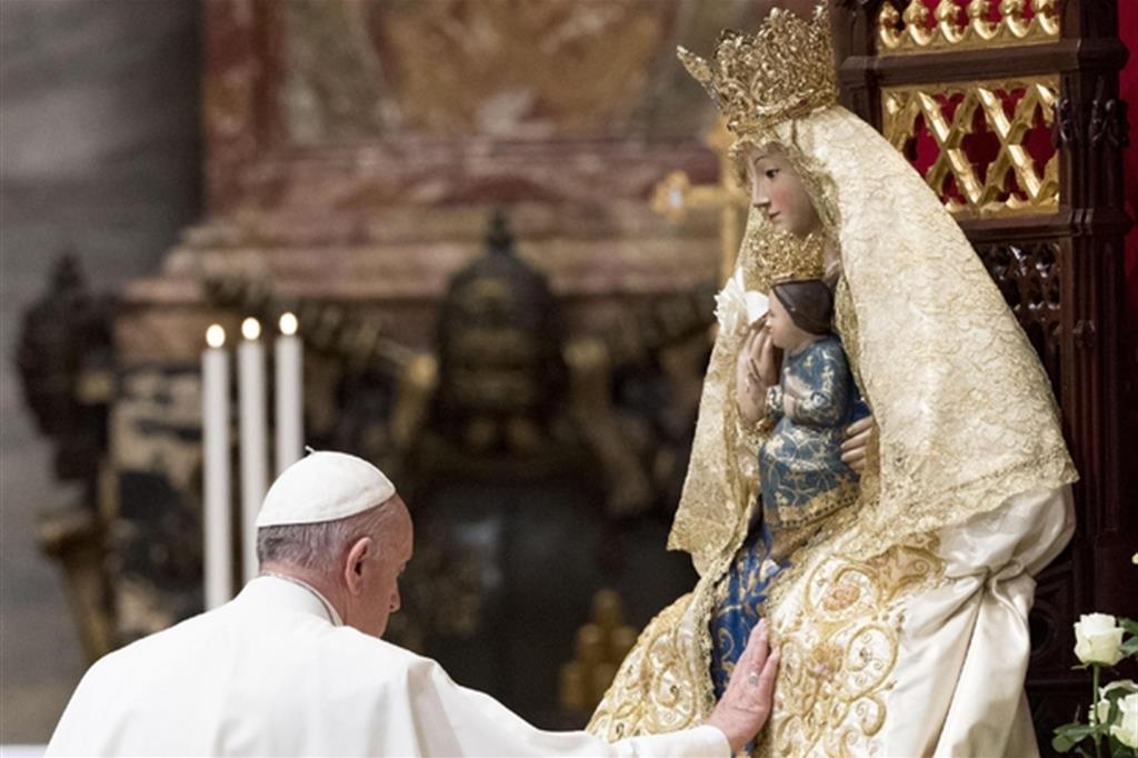 Il Papa davanti alla Madonna nella Basilica di San Pietro - Ansa