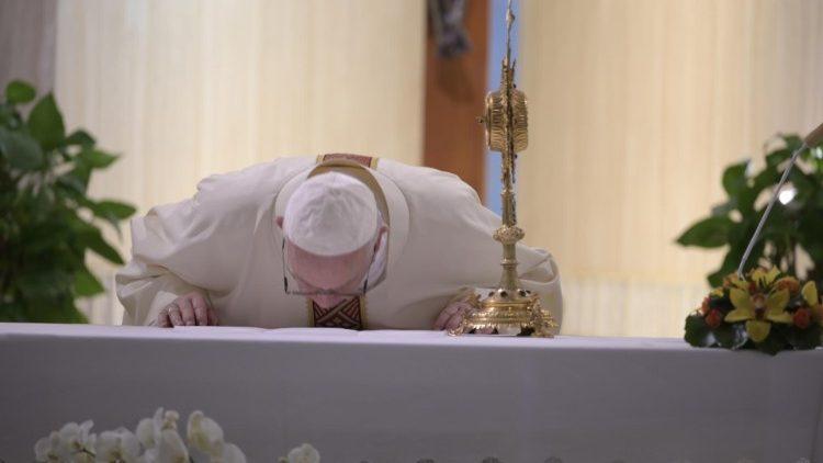 Papa Francesco celebra la Messa a Santa Marta (Vatican Media)