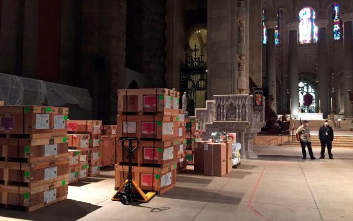 La cattedrale di Saint John a Manhattan, New York, ospiterà nove tende mediche a clima controllato nella sua lunga navata di quasi 200 metri e nella cripta sotterranea