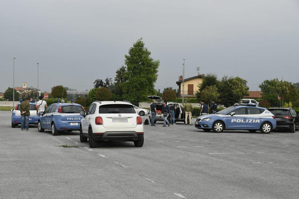 Il piazzale del centro commerciale Auchan dove una donna di 44 anni di origine romena è stata uccisa a colpi di pistola da un uomo di nazionalità italiana, probabilmente il compagno, fermato dalla polizia che lo ha trovato in stato confusionale, Cuneo, 22 maggio 2020. ANSA/LORENZO BORATTO